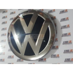 Volkswagen Passat. Insignia delantera